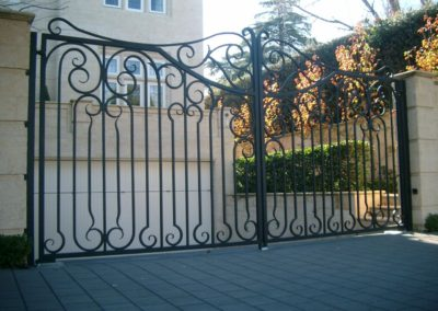 ornate-lockable-modern-design-steel-driveway-entrance-gates-self-opening-swingable